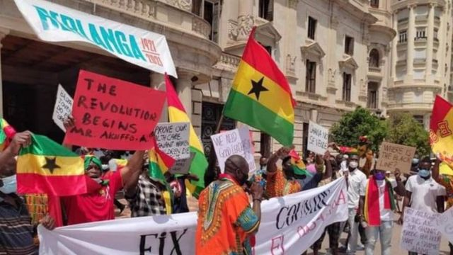 Los ghaneses que se dirigen a España comienzan las protestas callejeras de #FixTheCountry شوارع