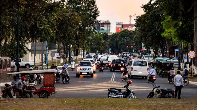 Большинство иностранных специалистов селятся в Пномпене (на фото) или в Сием-Реапе