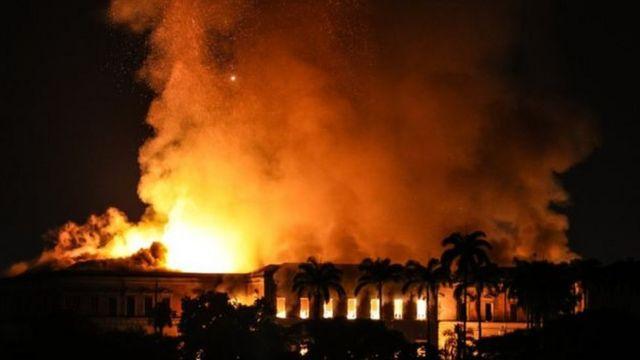 Incêndio atinge Museu Nacional