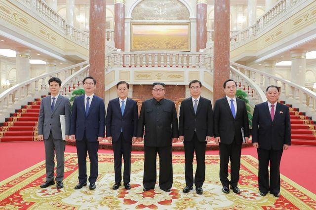 한국 문재인 대통령의 특별 사절단이 5일 북한 평양에서 김정은 위원장을 만났다