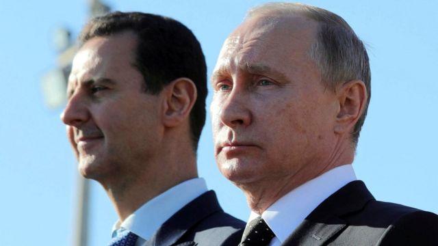 2017年にシリアを訪れ、同国のバシャール・アル=アサド大統領(左)と面会したプーチン大統領