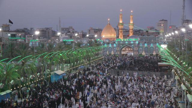 آلاف الزوار الشيعة القادمين من جميع أنحاء العالم يتوافدون على المراقد في كربلاء