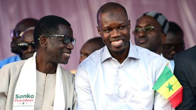 Ousmane Sonko est soutenu par certaines figures d'anciens partis de gauche, dont Madièye Mbodj (à gauche).