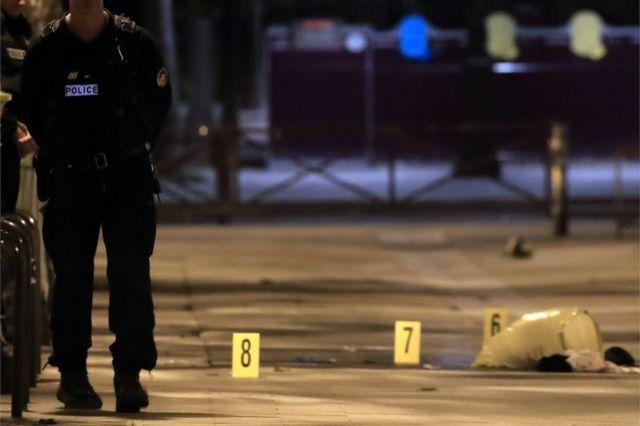 La policía forense marcó la evidencia en las calles de París