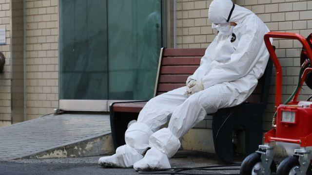 медработник в маске и защитном костюме