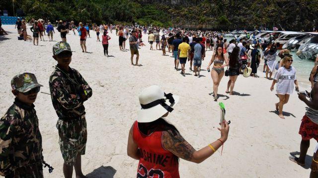 Смотрители парка следят за порядком на пляже Майя Бэй