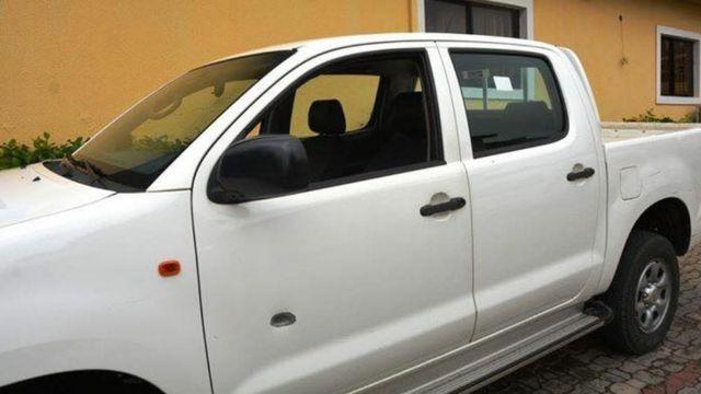 Wata mota da harin 'yan bindiga ya huda da harsashi a ofishin hukumar EFCC na unguwar Wuse Zone 7 a Abuja ranar Laraba