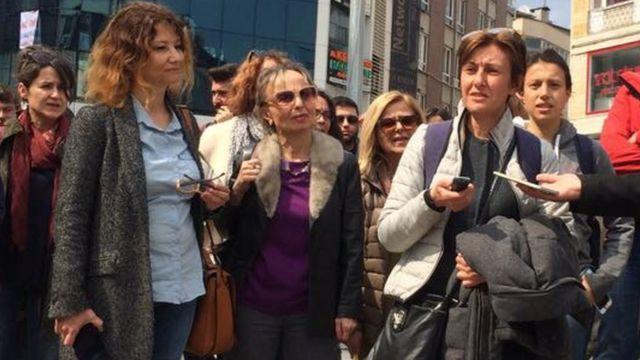 Hülya Şen, İstanbul-Kadıköy'deki Boğa heykelinin önünde eylemini açıklıyor.