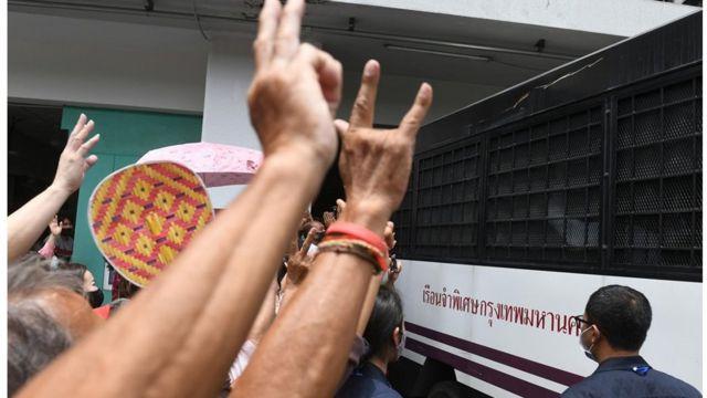 เจ้าหน้าที่ราชทัณฑ์ได้ควบคุมตัวจำเลยทั้ง 5 รายขึ้นรถ ก่อนนำไปคุมขังที่เรือนจำพิเศษกรุงเทพฯ ตามคำพิพากษาศาล โดยมีมวลชนมารอให้กำลังใจ