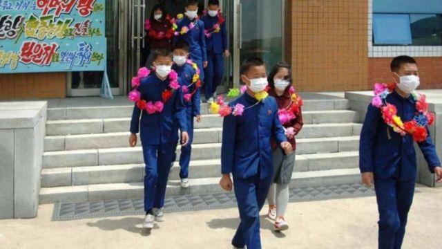 """Çocukların """"gönüllü çalışmasını"""" kutlamak için yapılan seremoninin fotoğrafları devlet medyası tarafından paylaşıldı"""