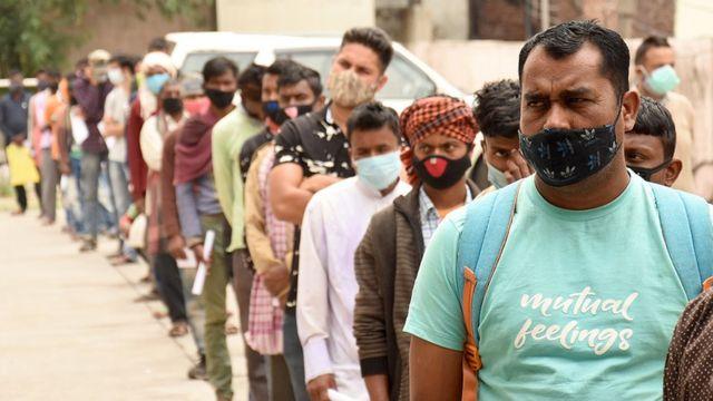 Gente haciendo cola para un test de covid en la región de Jammu y Cachemira.