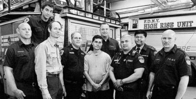 นายอัลซีเดส โมเรโน (กลาง) กับเจ้าหน้าที่หน่วยดับเพลิงนครนิวยอร์กซึ่งช่วยชีวิตเขาไว้ ภาพถ่ายเมื่อปี 2551