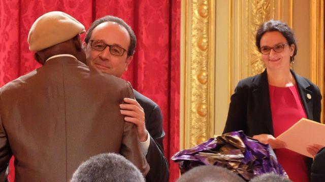 Un tirailleur recevant le titre de sa naturalisation des mains de François Hollande