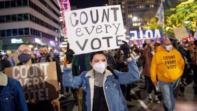 Protestas pidiendo el conteo de todos los votos.