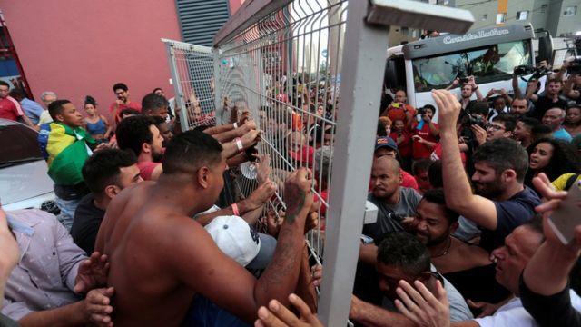 Apoiadores bloqueiam portão do Sindicato dos Metalúrgicos do ABC; primeira tentativa de sair foi frustruada e Lula foi obrigado a voltar para o prédio