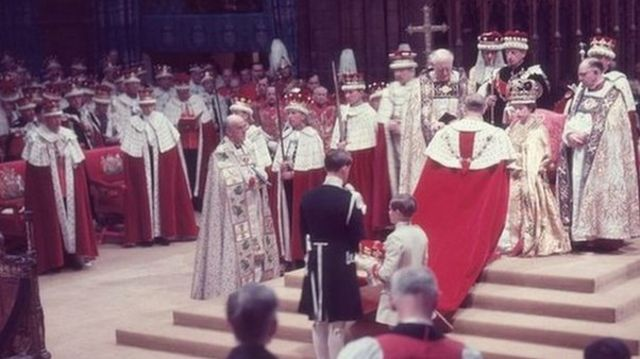 1953 පදවි ප්රාප්ති උත්සවයේදී සිය බිරිඳ, දෙවැනි එලිසබෙත් රැජිනට ගෞරවය පුද කරන එඩින්බරා ආදිපාදවරයා The Duke of Edinburgh pays homage to his wife, the newly crowned Queen Elizabeth II, during her coronation ceremony, 1953 / Copyright: Getty Images