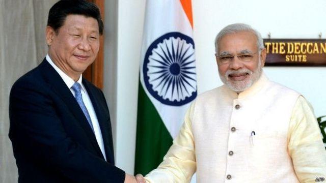 चीन के राष्ट्रपति शी जिनपिंग के साथ मोदी.