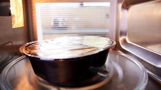 В микроволновке блюдо готовится за считанные минуты, но вот беда - часто оно невкусное