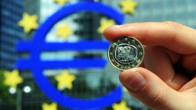 Монета на фоне Европейского центробанка