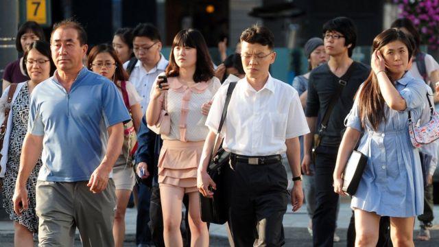 прохожие в Южной Корее