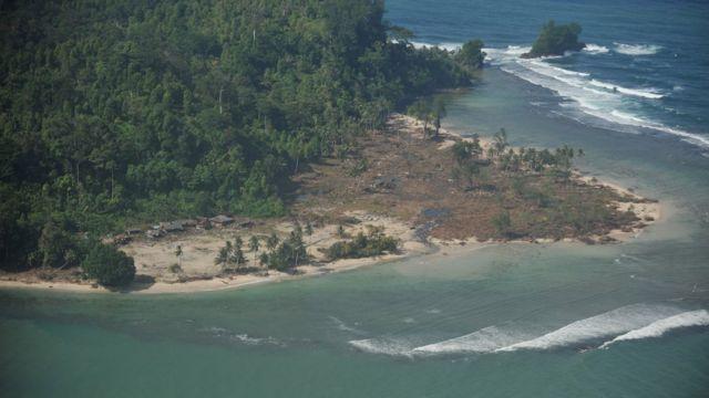 Desa Sabeugunggung di Pulau Mentawai pada 31 Oktober 2010, enam hari setelah gempa dengan skala 7,7 SR yang memicu tsunami di kawasan tersebut.