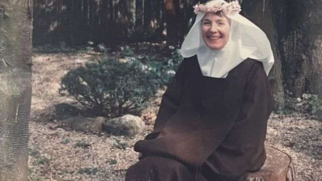 Hermana Mary Joseph en su hábito de monja con una corona de flores.