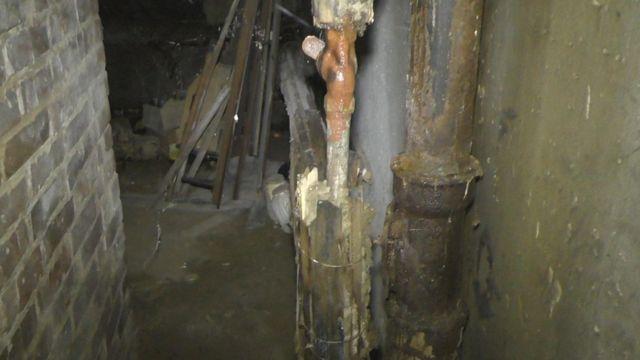 Фото підвалу, куди теж стікають нечистоти