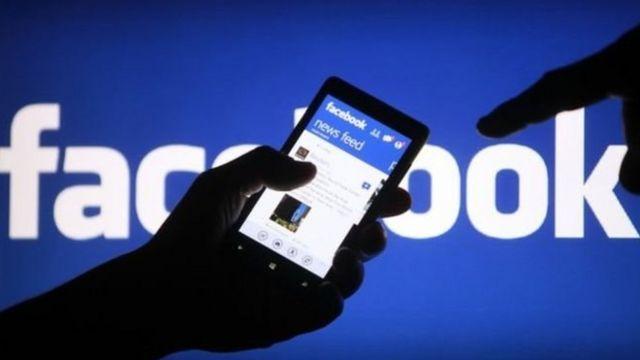 Wani ma'abocin Facebook yana duba shafinsa
