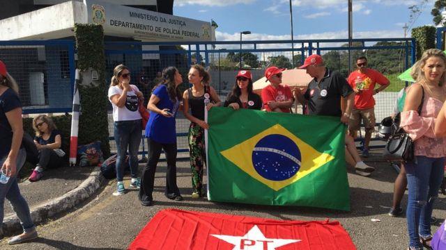 Manifestantes aguardam a chegada de Lula em frente à Superintendência da Polícia Federal em Curitiba