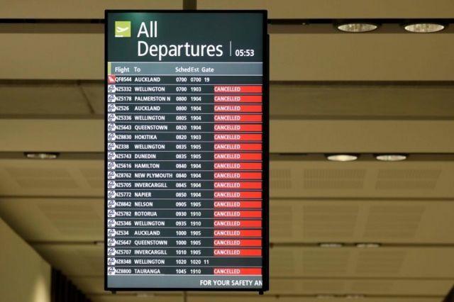Tela com voos de saída em aeroporto da Nova Zelândia