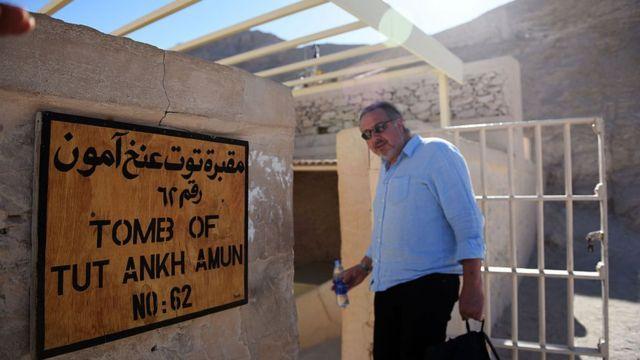 Arqueólogo britânico Nicholas Reeves entrando na tumba de Tutancâmon