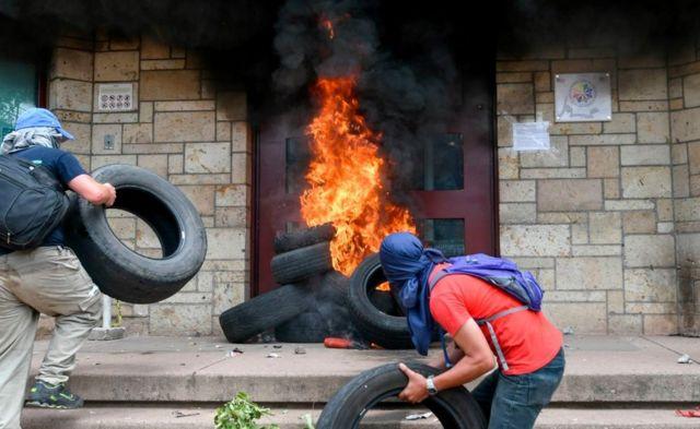 quema de neumáticos en la embajada de EEUU de Tegucigalpa.