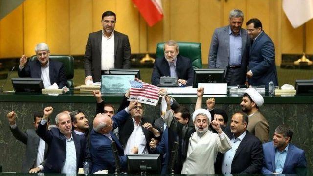 آتش زدن پرچم آمریکا در مجلس ایران