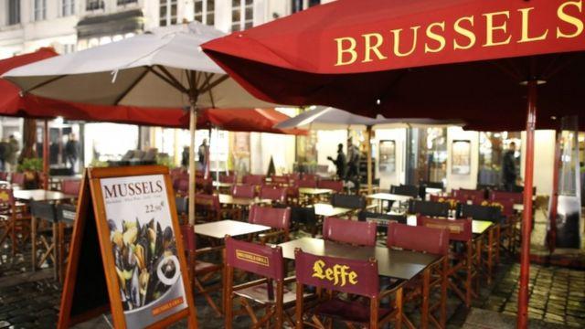 厳戒態勢の続くブリュッセルでは、営業したカフェやレストランにもほとんど人がいない
