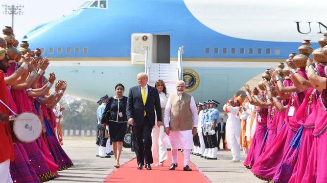 அமெரிக்க அதிபர் டொனால்ட் டிரம்ப் இந்தியா வந்தடைந்தார், மோதி வரவேற்றார்