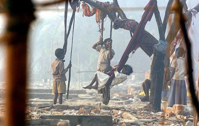 சென்னை நொச்சிக்குப்பத்தில் சுனாமி ஏற்படுத்திய பாதிப்பின் சுவடு மறையாத இடத்தில், உற்சாகமாக விளையாடும் குழந்தைகள்.