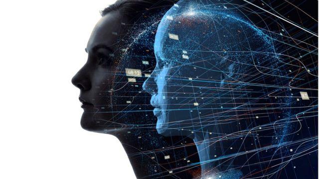 Mulher e sua projeção computadorizada