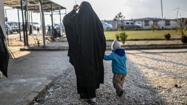 Seorang perempuan Prancis dengan anaknya di sebuah kamp Suriah bagian utara.