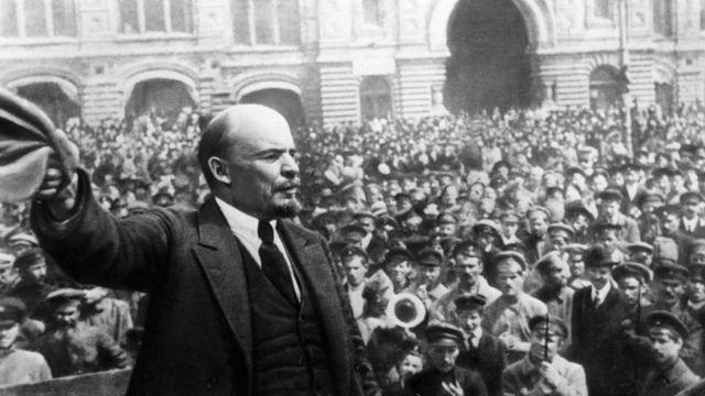 Владимир Ленин на революционном митинге