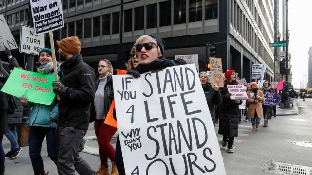مسيرة مضادة لسياسة ترامب بشأن النساء