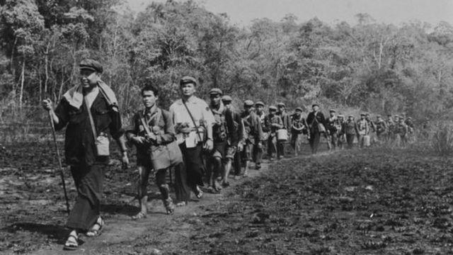أشخاص من كمبوديا يسيرون في حقل