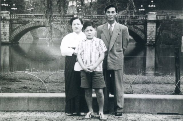 Li Jianxi (middle) took a photo with his father Li Bingzhe (right) and his mother Park Duyi (left) when he was a child (the Samsung Group released photos on October 25, 2020)