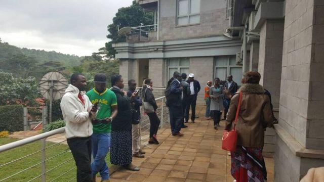 Bamwe mubari barindiriye gutora ku nyubakwa nserukiragihugu y'Urwanda i Nairobi