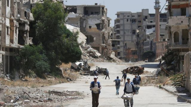 Рабочие пытаются восстановить разрушенный Хомс. июль 2016