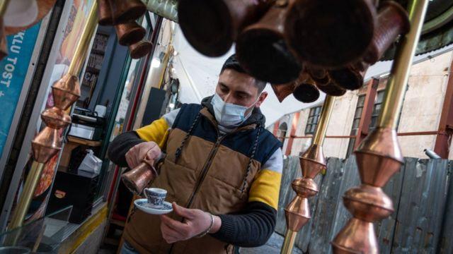Kafe ve restoranlar sınırlı kapasiteyle hizmet vermeye devam ediyor.