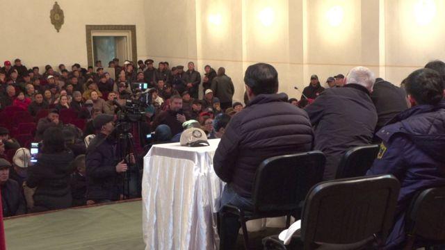 Өкмөт мүчөлөрү катышкан Балыкчы шаарындагы жыйында эл ачуу сын, дооматтарын айтты