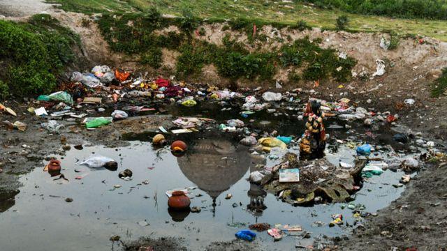 Rio contaminado em frente ao Taj Mahal