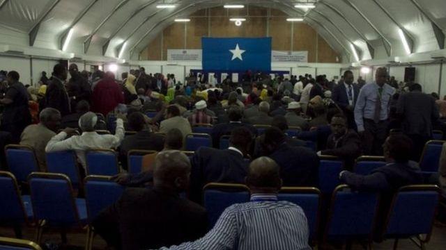 Les députés et les sénateurs l'ont élu sous haute surveillance dans un hangar de l'aéroport de Mogadiscio.