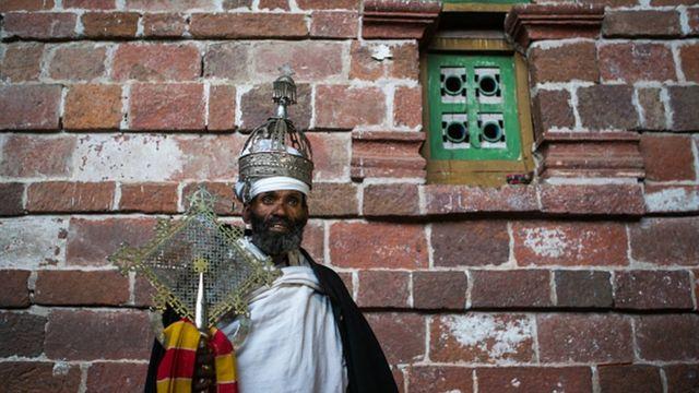 """Une couronne datant du XVIIIe siècle"""" volée"""" dans une église éthiopienne est retournée au pays après plusieurs années en Hollande"""