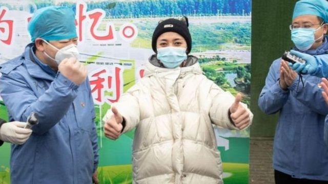 Mgonjwa wa virusi vya corona aliyepona anatoka katika hospitali Fangcang, Wuhan
